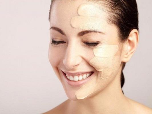 Dùng lớp kem nền để che khuyết điểm và nâng tông màu cho da