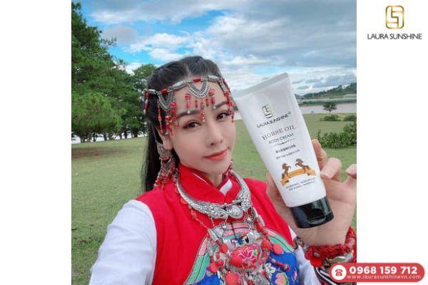 Kem dưỡng thể body dầu ngựa thuộc thương hiệu Laura Sunshine do ca sĩ Nhật Kim Anh sáng lập